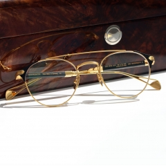 "THE WORDSMITH - <p>Fine titanium frames, whose shape and chic remind one of past decades, are augmented with up-to-date style elements. Handcrafted buffalo horn and wood components make an impact while the characteristic MAYBACH ""flowing lines"" define the lightness of the frame. A further highlight is the delicate open element in the temple end – the design subtly plays in different ways with the form of the famous MAYBACH logo.</p>"