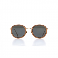 Andréa - Singular, airy and tapered: 3 key words for this unisex sunglass that combines better than anyone the beauty of wood with the finesse of steel. From the start, it shapes an assertive silhouette full of lightness.