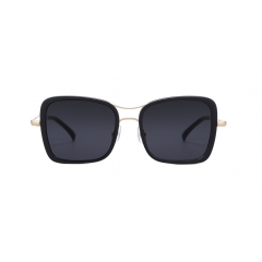 BREEZE - BREEZE is an oversized, angular-rimmed sunglasses. The shape contrast between the square rims and the curves in the bridges highlight the frame's flexible look, allowing an unanimous fit on the face.