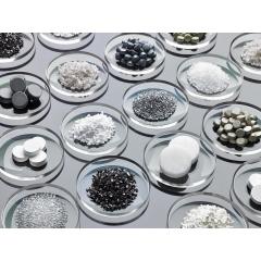 Matériaux PVD - Les matériaux de vaporisation de COTEC sont développés et produits selon les besoins de chacun de nos clients. Nous proposons le matériau adapté à votre application, quelle que soit votre système. En combinaisons avec des matériaux standards, nous fournissons des formulations et compositions personnalisées. Nos matériaux sont disponibles sous forme de poudres, granulés ou pastilles dans différents conditionnements.